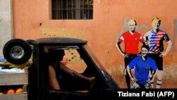 Donald Trump, Vladimir Putin və Giuseppe Conte-nin futbolçu kimi əks olunduğu plakat