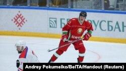 Александр Лукашенко считает, что коронавирус вылечат водка, сауна и игра в хоккей
