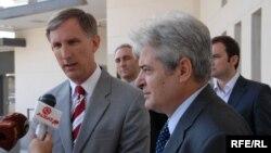 Претседателот на ДУИ, Али Ахмети и амбасадорот на САД, Пол Волерс.