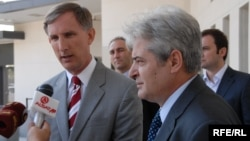Архивска фотографија: Претседателот на ДУИ Али Ахмети и амбасадорот на САД во Македонија Пол Волерс.