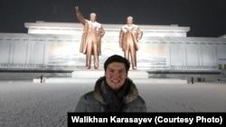 Казахстанец Валихан Карасаев на фоне памятников Ким Ир Сену и Кем Чен Иру. Пхеньян, 9 января 2016 года.