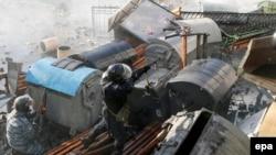 Ukrainë - Një polic shtinë me armë ndaj protestuesve, gjatë përleshjeve me demonstruesit në qendër të Kievit, 18 shkurt, 2014
