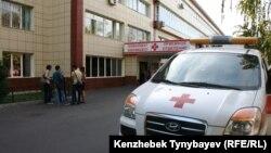 Машина скорой помощи у здания больницы. Алматы. 26 сентября 2014 года.