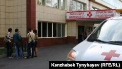Алматы орталық ауруханасының алдында тұрған азаматтар. Алматы, 26 қыркүйек 2014 жыл. (Көрнекі сурет)
