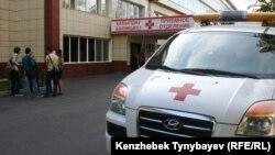 Автомобиль скорой помощи у здания больницы в Алматы. Иллюстративное фото.