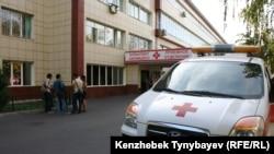 Аурухана алдында тұрған жедел жәрдем көлігі. Алматы, 26 қыркүйек 2014 жыл. (Көрнекі сурет)