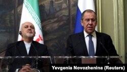 Mohammad Javad Zarif (solda) mayın 8-də Moskvaya səfəri zamanı Sergei Lavrovla mətbuat konfransı keçirir