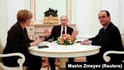 Германия канцлері Ангела Меркель және Франция президенті Франсуа Олланд Кремльде Ресей президенті Владимир Путинмен (соддан оңға) кездесіп отыр. Мәскеу, 6 ақпан 2014 жыл.