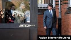 Бывший глава Каталонии Карлес Пучдемон на выходе из тюрьмы в германском городе Ноймюнстер. 6 апреля 2018 года.