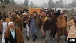 Люди несуть труну із тілом жертви нападу на університет у Чарсадді, Пакистан, 21 січня 2016 року