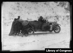 23. ამ ფოტოზე გამოსახულია ამერიკის წითელი ჯვრის მანქანაა, რომელიც ბუქარესტიდან (რუმინეთი) ბულგარეთის გავლით სერბეთის ქალაქ პიროტში ჩავიდა 1919 წლის ნოემბერში, სანამ რკინიგზის რეკონსტრუქცია დასრულდებოდა. გზად ისე ციოდა, რომ ძრავა რამდენჯერმე ჩაქრა. ფოტოზე ადგილობრივი გლეხები ეხმარებიან მძღოლს და მანქანას აწვებიან აღმართზე.
