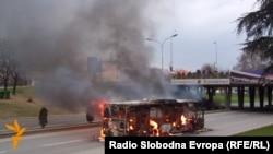 Архивска фотографија: Запален автобус во Скопје.