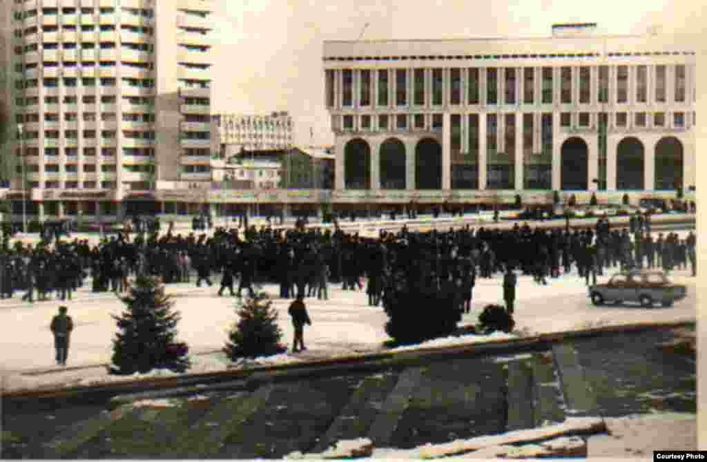 Демонстрация на центральной площади в Алматы. Там же машина милиции и милиционеры. Фото из Центрального государственного архива.
