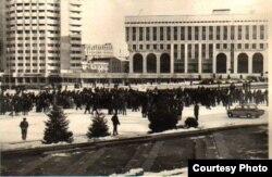 Протестующие на центральной площади столицы Казахстана 17-18 декабря 1986 года. Фото из центрального архива города Алматы.