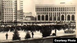 Участники демонстрации казахской молодежи на центральной площади в Алма-Ате, 17 декабря 1986 года.