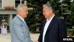 Кыргыз жана өзбек президенттери Ислам Каримов менен Курманбек Бакиев Чолпон-Ата шаарында. 31-июль, 2009-ж.