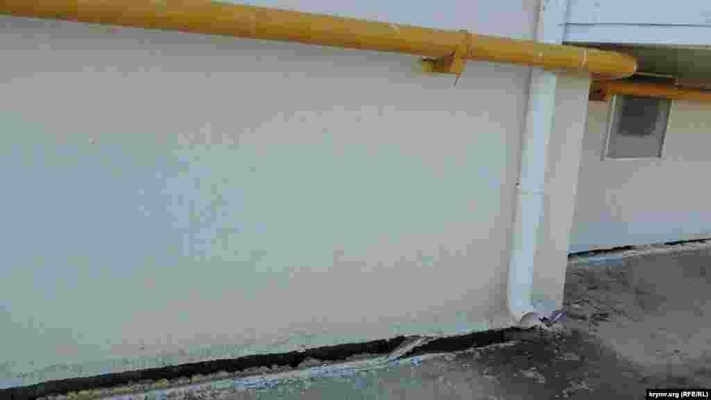 Трещина прошла практически по всему основанию фасада. Жильцы дома крайне обеспокоены сложившейся ситуацией