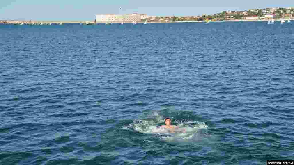 Купание в море на пляже «Хрустальный». Мужчина кричит, что «вода обжигающая»