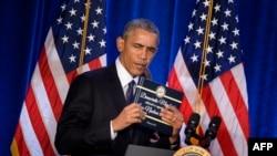 Barack Obama sa kopijom sporazuma sa Iranom u rukama