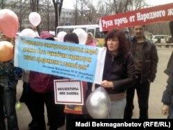 """Ипотекалық несие алған тұрғындар """"Халық банкі"""" кеңсесі алдында тұр. Алматы, 2 сәуір 2014 жыл."""