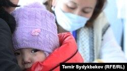 Ребенок на приеме в поликлинике в период эпидемии респираторных заболеваний.