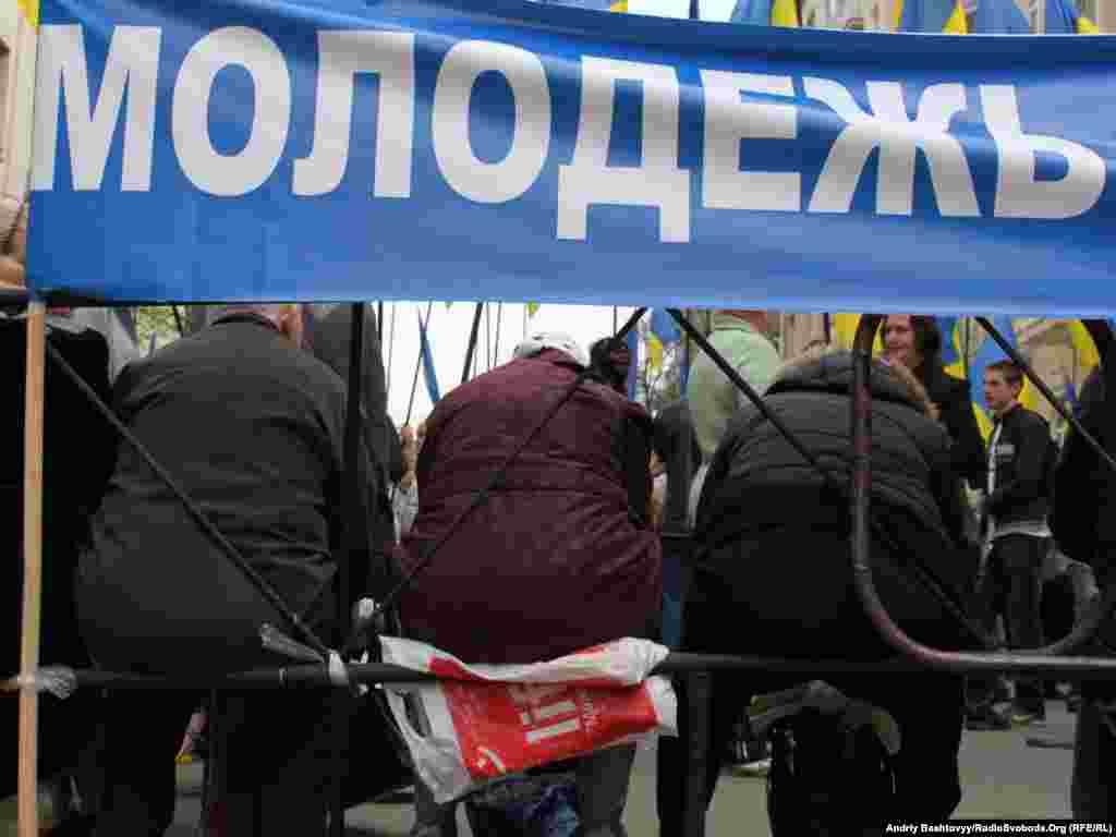 А під стінами Адміністрації Президента в цей час відбувався мітинг прихильників Віктора Януковича. Партія регіонів назвала протест опозиції «черговою провокацією».Photo by Andrii Bashtovyi for Radio Liberty