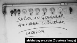 Sovetskidə sökülən bir evin divarına yazılmış yazı (Foto Aida Babayeva/ www.aidababayeva.com)