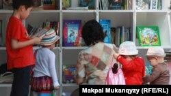 Көшпелі кітапхана оқырмандары. Алматы, 12 шілде 2012 жыл.