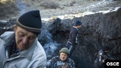 Мин-Куш шаарчасында жакырчылыктан каржалган калк көмүр шахталарын казып жан сактап келатат.