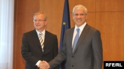 EU Enlargement Commissioner Olli Rehn (left) and Serbian President Boris Tadic meet in Belgrade