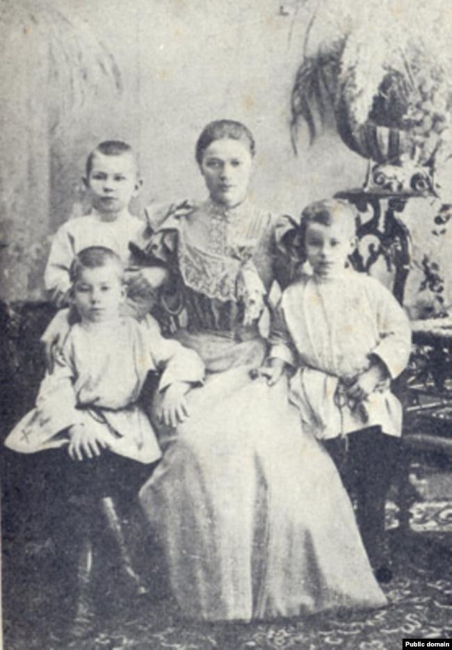 Максім Багдановіч (сядзіць зьлева) зь цёткай і братамі, 1897