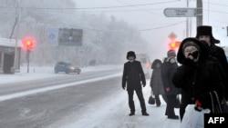 Местные жители стоят на автобусной остановке. Павлодар, 19 декабря 2012 года.