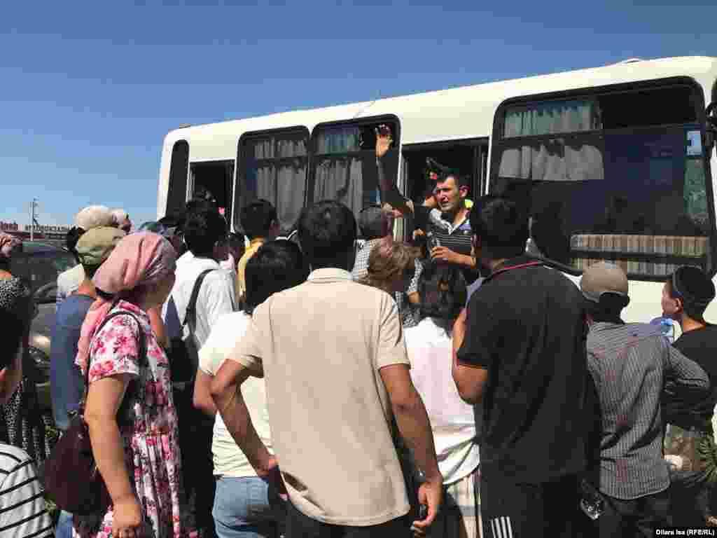 Встречающие эвакуированных из Арыси.