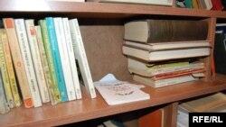 Два года назад он сюда спустил из дома все свои книги, но не заполнил и четверти этих полок. Теперь же на полках красуются до 1500 книг самого разного жанра