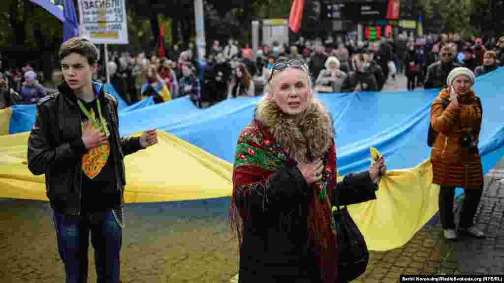 Активісти розгорнули багатометровий український стяг