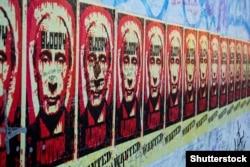 Плакати на Берлінській стіні із зображенням президента Росії Путіна і написом «кривавий Володимир», серпень 2018 року