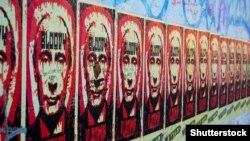 """Плакаты на Берлинской стене с изображением президента России Путина и надписью """"кровавый Владимир"""", август 2018 года"""