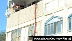 Балкон квартиры после штурма спецназовцами. Кульсары, 12 сентября 2012 года.
