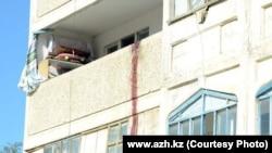 """Дом, в котором произошла перестрелка предполагаемых террористов с полицией. Кульсары, 12 сентября 2012 года. Фото с сайта газеты """"Ақ Жайық""""."""