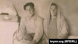 Refat Muslimov ve anası. 1949 senesi. Qoranta arhivinden alınğan foto