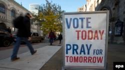 """""""Голосуй сегодня с молитвой о завтрашнем дне"""" - гласит плакат в Бостоне, 8 ноября 2016"""