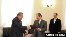 The ministers of education and science of Tatarstan, Albert Gilmutdinov (left), and Kyrgyzstan, Kanat Sadykov, sign an agreement in Kazan.