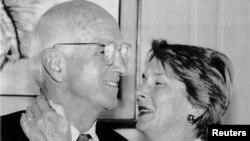 Joseph Murray, kirurgu i parë që transplantoi veshkën me bashkëshorten, Bobby, San Francisko, 1990