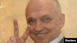 Володимир Козлов у скляній клітці в суді, архівне фото