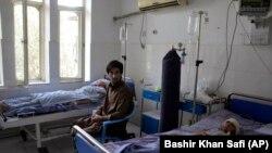 شماری از زخمیانیکه در جنگ میان نیروهای امنیتی و طالبان زخمی شده و به شفاخانه انتقال یافته اند.