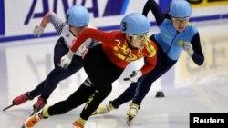 Шорт-трекистка из Казахстана Ким Йонг А (справа) на соревнованиях в японском городе Саппоро. 21 февраля 2017 года.