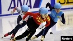 Ким Йонг А (справа) на соревнованиях по шорт-треку на Азиатских играх в Саппоро. 21 февраля 2017 года.