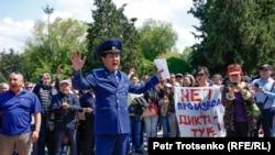 Прокурор Медеуского района Алматы Асхат Жакупов пытается поговорить с протестующими и сообщить им, что акция является несанкционированной и незаконной. 1 мая 2019 года.