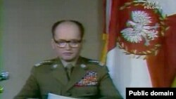 Generalul Wojciech Jaruzelski citind la televiziune decretul de introducere a Legii marțiale la 13 decembrie 1981