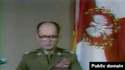 Генерал Войцех Ярузельський оголошує на польському телебаченні про запровадження воєнного стану 13 грудня 1981 року, архівний кадр